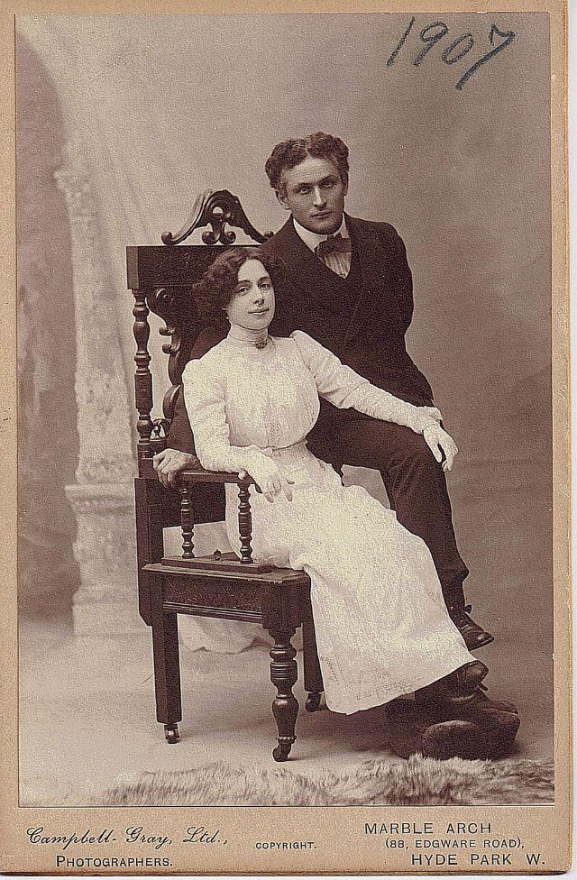 Kaçış artisti Houdini, ölüm döşeğinde karısı ile bir parola belirler. Öbür dünyadan kaçabilirse, parolayı söyleyecek, böylece kadın gelen ruhun kocasına ait olduğunu anlayacaktır!