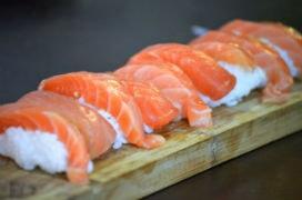 Norveçliler, Japonları, Somon'un çiğ yenebileceği konusunda ikna ettiği 1990'lı yıllardan önce, Suşi yapımında Somon kullanılmadı!