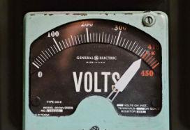 Masum bir insanın vücuduna elektrik şoku vermeniz emredilse, en fazla kaç voltluk şok verebilirsiniz? (Otorite Yanılgısı -Authority Bias- Nedir? )
